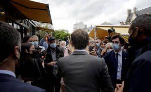 Emmanuel Macron, de dos.