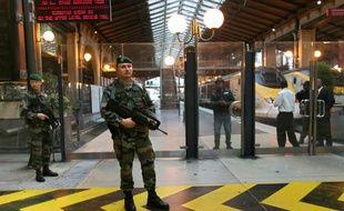 Un soldat à la gare du Nord de Paris, devant l'Eurostar, le 4 octobre 2010
