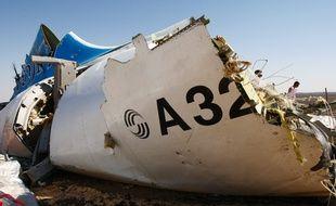 Un débris de l'Airbus A321 de la compagnie russe Metrojet qui s'est écrasé le 31 octobre 2015 dans le Sinaï égyptien avec 224 personnes à son bord.