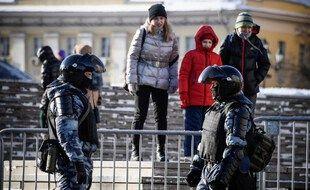 Des policiers anti-émeutes russes devant des barrières en cas d'éventuelles protestations de partisans de l'opposant Alexeï Navalny à Moscou, le 7 février 2021.