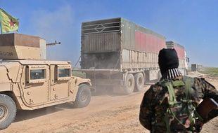 Une dizaine de camions ont évacué hommes, femmes et enfants du dernier bastion de Daesh, près du village de Baghouz, en Syrie, le 20 février 2019.