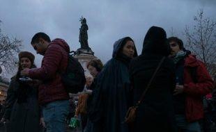 """Les participants à la """"Nuit Debout"""" se rassemblent place de la République à Paris, au terme d'une journée de manifestation émaillée de violences, le 9 avril 2016"""