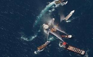 Des bateaux tentent d'éteindre l'incendie d'une plateforme pétrolière dans le golfe du Mexique, jeudi 2 août 2010.