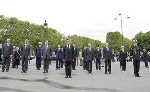 Nicolas Sarkozy dépose ue gerbe de fleurs devant la statue du général De Gaulle, sur les Champs-Elysées, le 8 mai 2009 en commémoration de la fin de la Seconde guerre mondiale le 8 mai 1945.