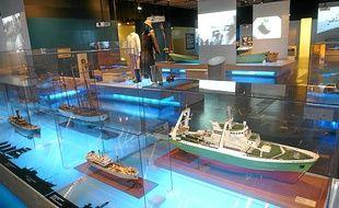 Des maquettes de bateaux et des tenues de pêcheurs sont exposées.