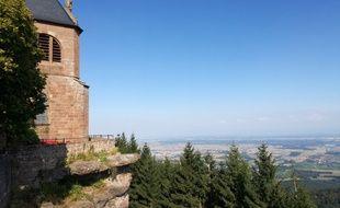 La vue sur la plaine d'Alsace depuis le mont Saint-Odile, un jour de beau temps en Alsace.