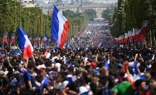 Des centaines de milliers de personnes se sont rassemblées pour voir les joueurs de l'équipe de France lundi 16 juillet.