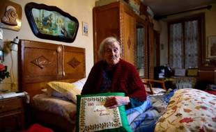 Emma Morano, 116 ans, pose dans sa maison à Verbania, en Italie le 14 mai 2016