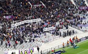 Les deux banderoles brandies par les supporters toulousains.