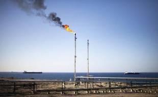 Le cours du pétrole devrait rester proche en 2012 de ses niveaux actuels de 100 dollars par baril, les grands pays en développement continuant à tirer la demande malgré la crise dans la zone euro, selon les prévisions de producteurs et d'analystes.