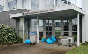 Des restes des des tentatives de blocus de la faculté de langues de Nantes.