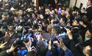Les proches des passagers à l'aéroport de Pékin, le 8 mars 2014.