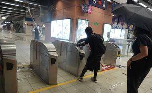 Des manifestants vandalisent une station de métro à Hong Kong le 4 octobre 2019.