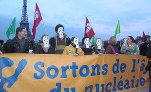 Des écologistes se sont rassemblés le dimanche 13 mars 2011 sur la place du Trocadéro pour dénoncer l'utilisation du nucléaire en France.