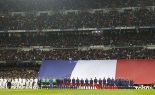 Le Real et le Barça observent une minute de recueillement avant le Clasico le 21 novembre 2015.