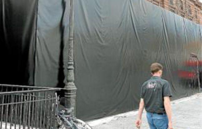 Un drapé noir vient d'être installé.