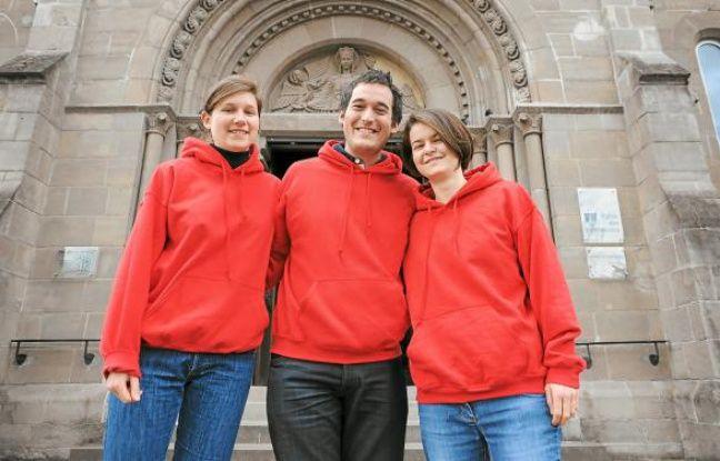 Béatrice, Mathieu et Hélène, jeudi, sur le parvis de l'église des Dominicains à Strasbourg.