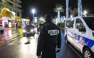 La police contrôle le respect du couvre-feu à Nice, le 30 janvier 2021.