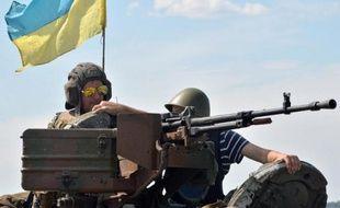 Des soldats ukrainiens sont en position sur leur char, à un point de contrôle, situé à 50 km de Donetsk, le 10 juillet 2014