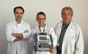Image d'un des urgentistes accompagné du chef et du co-gérant du SAMU de Lyon. La pompe de circulation extracorporelle coûte 80.000 euros.