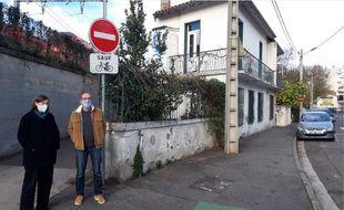 Christel et Jean-François devant leur maison située au 17, chemin Lapujade à Toulouse.