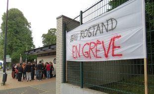 A Roubaix, le 1er septembre 2014 - Manifestation d'un collectif de professeurs et de parents d'eleves devant le lycee jean-Rostand pour demander la suspension du proviseur.