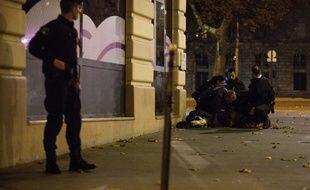 Un policier place de la République après les attentats de Paris
