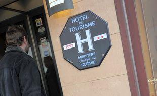 Illustration d'un client entrant dans un hôtel. Le 09 03 2009