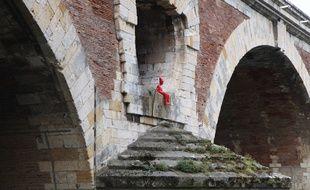 L'Enfant au bonnet d'âne de l'artiste James Colomina a été ré-installé sur le Pont-Neuf.