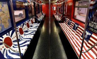 Une rame du métro de New York le 24 novembre 2015 décorée des symboles de l'Allemagne nazie et de l'Empire du Japon pour la promotion d'une nouvelle série d'Amazon