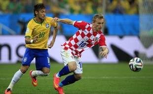 Lukas Modric à la lutte avec Neymar lors du match d'ouverture du Mondial 2014, le 12 juin 2014.