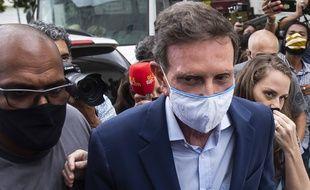 Le maire de Rio de Janeiro, Marcelo Crivella (masque blanc), lors de son arrestation le 22 décembre 2020.