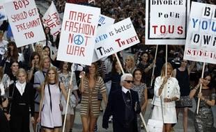 Le créateur Karl Lagerfeld a fait descendre les mannequins dans la rue pour la collection printemps-été 2015 Chanel.