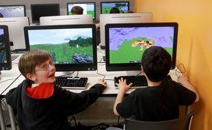 Deux enfants s'amusent à créer leur monde dans
