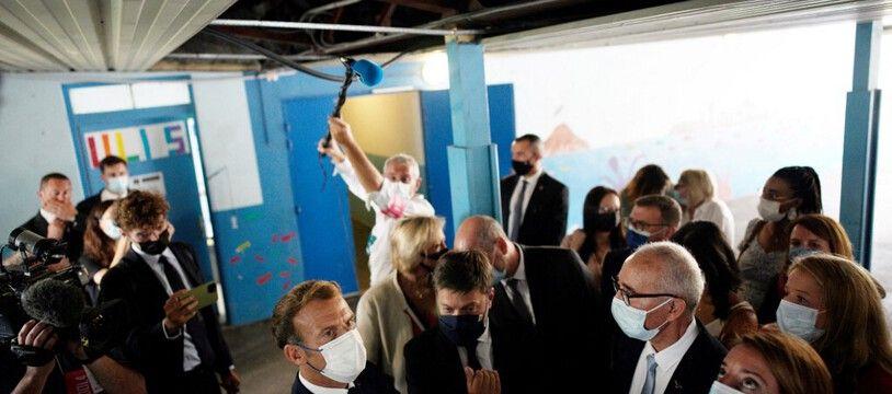 Benoît Payan, en visite dans une école délabrée, aux côtés du président de la République.