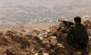 Poste d'observation tenu par un peshmerga kurde au sommet du mont Zardak, 25 km à l'est de Mossoul, en Irak, le 6 août 2015