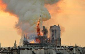 La flèche de Notre-Dame de Paris s'effondre, le 15 avril 2019