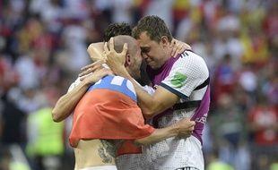 Les joueurs russes se tombent dans les bras après leur qualification contre l'Espagne.