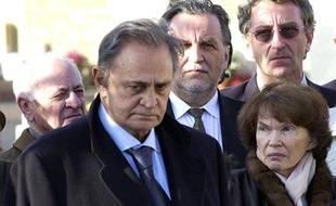 Roger Hanin assiste à l'enterrement de son épouse, en compagnie de Danielle et Jean-Christophe Mitterrand.