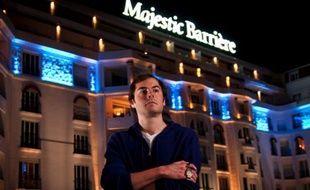 L'Américain Elio Fox et son bracelet de champion du Main Event des World series of Poker Europe remporté à Cannes