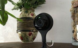 La Nest Cam est simple à mettre en oeuvre. Posée sur un petit meuble pour nos essais.