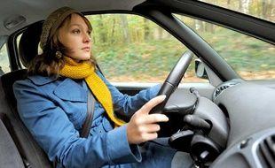 Une femme au volant.