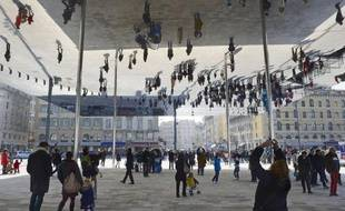 """Les Marseillais se sont appropriés samedi le nouvel espace offert par la piétonnisation partielle du Vieux-Port et son """"ombrière"""" créant des jeux de reflets entre terre et eau, à l'occasion d'une fête d'inauguration."""