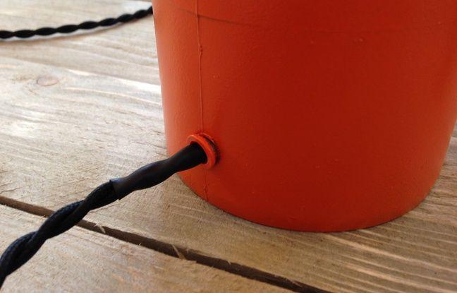 Percez le tuyau à 1 cm environ de la base.