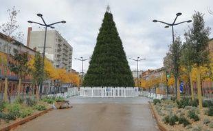 Le sapin de Noël géant des allées Jean-Jaurès, à Toulouse, est composé de près de 400 arbres.