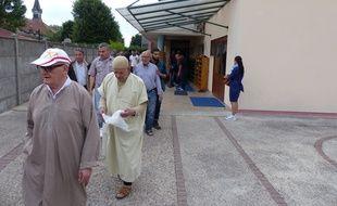 Des fidèles sortent de la mosquée de Saint-Etienne-du-Rouvray, mardi 26 juillet.
