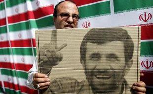 Un Iranien tient le portrait du président Mahmoud Ahmadinejad à quelques jours de l'élection présidentielle.
