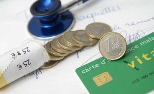 Photo d'illustration d'un patient présentant sa carte vitale chez le médecin, en 2007