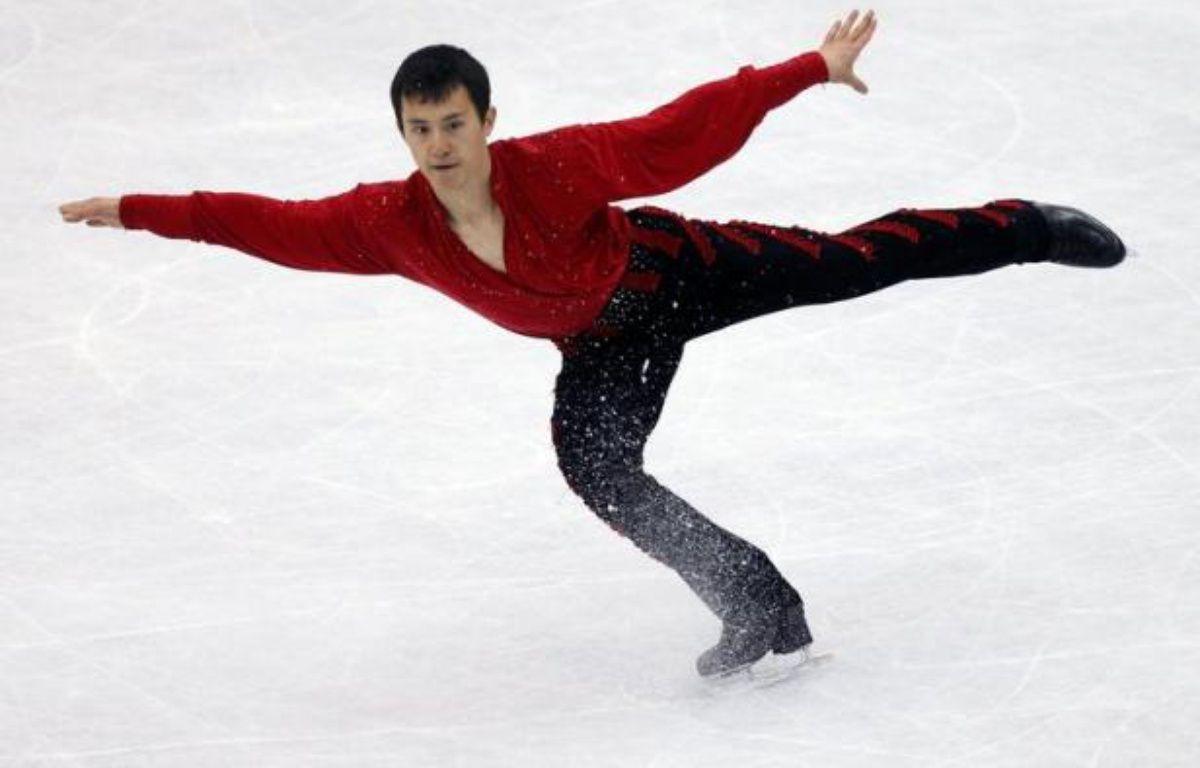 """Le Canadien Patrick Chan, champion du monde de patinage artistique, qui a subi jeudi sa première défaite de la saison lors du Trophée mondial par équipes à Tokyo, a révélé dimanche qu'il allait préparer de nouveaux sauts, notamment un nouveau """"quadruple"""". – Valery Hache afp.com"""