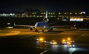 Un avion atterrit sur le tarmac de l'aéroport d'Amsterdam-Schiphol, le 26 octobre 2014